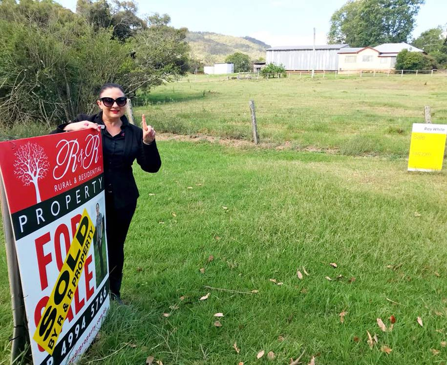 estate-agents-cooperative-women-in-real-estate-denise-haynes-director-principal-sales-agent-r-and-r-property-stroud-bulahdelah-denise-standing-next-to-sold-sign